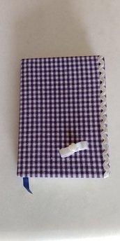 Piccolo diario personale foderato di tessuto di cotone a quadretti bianchi e viola guarnito con merletto e un fiocchetto con al centro un cuoricino madreperlato