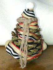 Pigna albero di Natale decorato con nastro gros-grain multicolor e pompons chiari