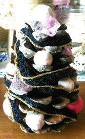 Pigna albero di Natale decorato con pompons in pizzo