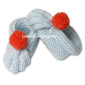 Scarpette in lana per bambino. Fatte a mano. 0-6 mesi. Scarpine con pompom