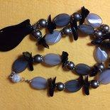collana toni di grigio con pendente gattino nero