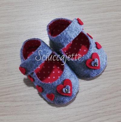 Scarpe neonata grigio melange con cuori rossi