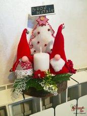 Centrotavola su ceppo in legno con gnometti natalizi