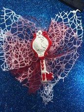 Bomboniera chiave cresima dipinta a mano gesso ceramico su doppio velo rete