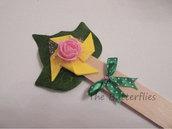 Foglia verde con girandola gialla, rosa e fiocco ideale per segnalibro