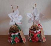 Vasetti natalizi con stelle di Natale bianche e pigne dorate 2 pezzi