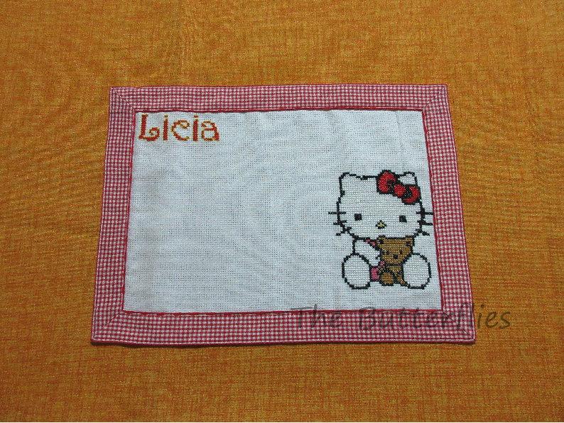 Tovaglietta americana con personaggio hello kitty ricamata a mano e nome LICIA