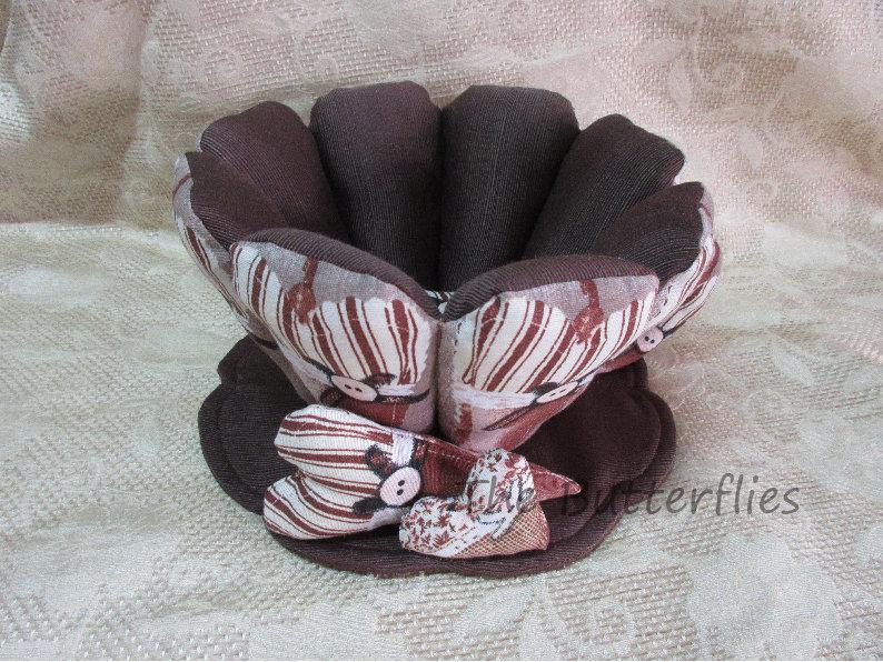 Tazza realizzata in tessuto marrone, beige, portatutto, cialde, palette, caramelle,.......