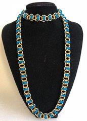 Collana Lunga Color Oro e Blu in Alluminio Lavorata con la Tecnica Chainmaille