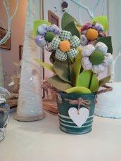 VASO  di latta colore verde salvia con fiori imbottiti