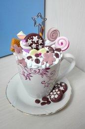 Tazza con panna, biscotti e dolci in pasta fimo segnaposto portafoto