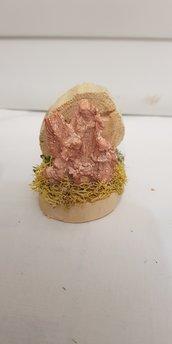 Mini presepe artigianale in legno con natività in gesso.