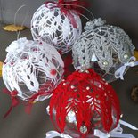 Sfere di Natale da appendere decorate all'uncinetto