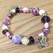 Braccialetto elastico con perle lilla e farfalle fatto a mano