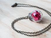 Collana in ottone con ciondolo in vetro soffiato e fiori rossi