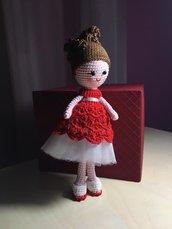 Bambolina amigurumi con abito rosso