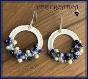Orecchini bianchi tondi, uncinetto, perle e pietre dure