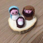 Mini presepe amigurumi su base di legno fatto a mano all'uncinetto