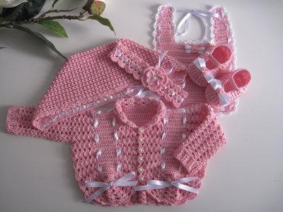 Inserzione riservata. Golfino, cuffietta, bavaglino, scarpine, fascetta per neonata cotone rosa uncinetto.