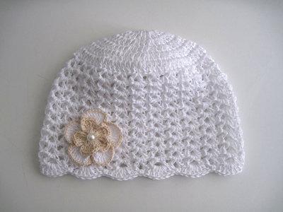Cappellino bianco fiore ecru neonata battesimo cerimonia nascita fatto a mano idea regalo all'uncinetto