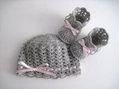 Set coordinato grigio/raso rosa cappello + scarpine neonata fatto a mano idea regalo corredino nascita battesimo lana uncinetto