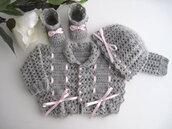 Coordinato completino golfino cappellino scarpine grigio/fiocco rosa fatto a mano idea regalo corredino nascita battesimo cerimonia lana all'uncinetto