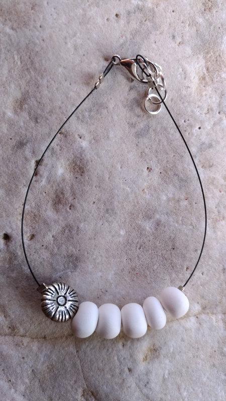 Bracciale in fimo con perle bianche