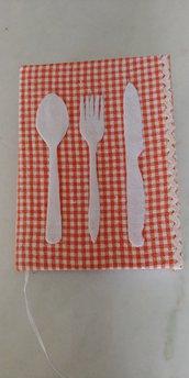 Allegro ricettario foderato con tessuto a quadretti bianchi e arancioni decorato con posate in pannolenci:cucchiaio,forchetta e coltello e merletto zig zag lungo il lato