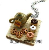 Collana Vassoio - Ora del tè - con teiera e ciambelle glassate al cioccolato, fragola, vaniglia, miniature