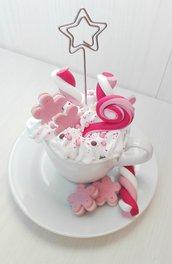 tazzina da caffè con panna e dolcetti