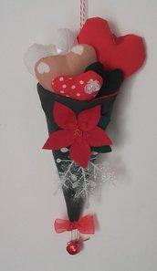 Decorazione natalizia a cono verde con cuori imbottiti e stella di Natale