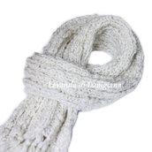 Sciarpa da donna in lana. Stola fatta a maglia con i ferri. Fatto a mano. Frange. Lurex