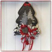 Albero natalizio in lana cotta grigia decorato con alberelli e rametti grigi e rossi