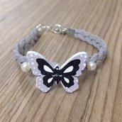 Braccialetto treccia grigia con farfalla e perline fatto a mano
