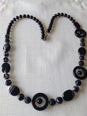 collana lunga con perle in vetro nero e pietre dure agata