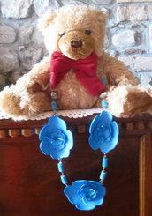 collana azzurra con grandi fiori in gomma, perle turchesi  e resina