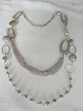 collana con catene e perline di diverse misure ,colore argento