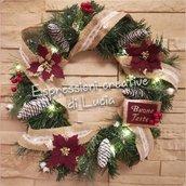 Ghirlanda natalizia con luci led, pigne, fiori in pannolenci e gomma crepla