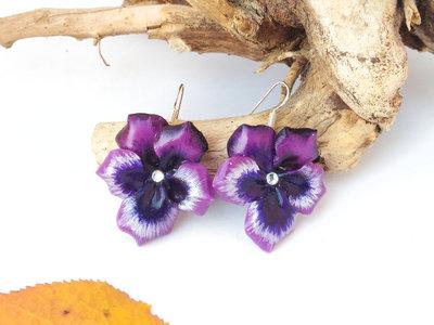 Orecchini pendenti con viole del pensiero in porcellana fredda color ciclamino e con strass centrale