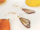 Orecchini pendenti con ali di farfalla dorate in pasta di mais/porcellana fredda modellate e dipinte a mano, componenti in acciaio dorato