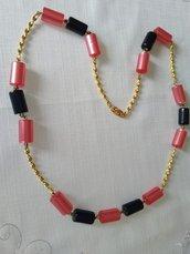 collana con distanziatori dorati  e componenti in plastica