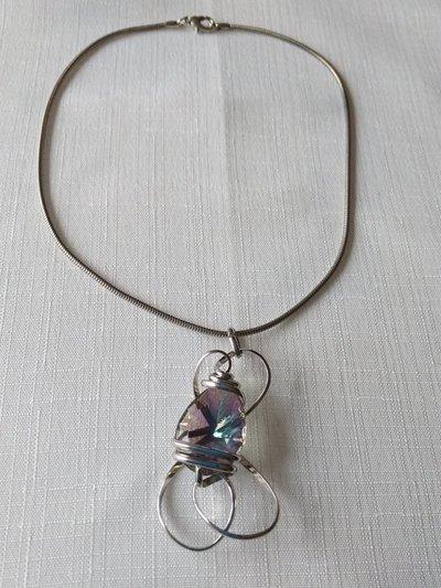 collana con  catena in metallo e ciondolo