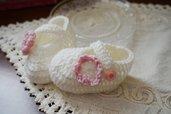 Scarpette lana bianca. fiore rosa. Taglia 0-3 mesi