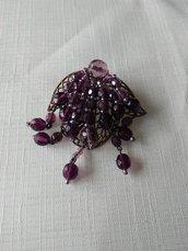 spilla in metallo e mezzo cristallo viola
