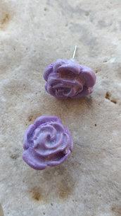 Orecchini a lobo con roselline viola