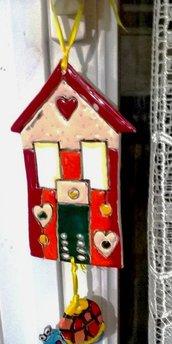 Casetta decorativa  con pendente tartaruga di ceramica, manufatto decorato con la tecnica della cuerda seca