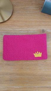 Astuccio rosa con dettaglio corona fatto a mano all'uncinetto