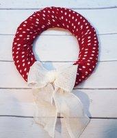 Ghirlanda natalizia rossa con fiocco bianco