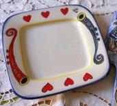 6 Piattini quadrati per dolci, decorati a mano con corni e cuori nella falda, da usare con il vassoio postato