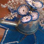 centrino natalizio all'uncinetto blu con centrotavola fiori uncinetto e rametti argento